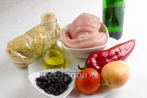 Чтобы приготовить кускус по-мароккански, необходимо взять крупу, филе куриное, сладкий перец, помидоры, лук, изюм, уксус, соль, масло оливковое, перец, кинзу.