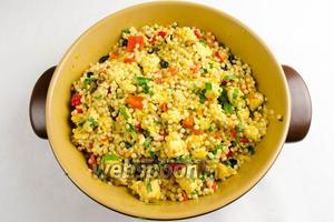 Мелко нарезать зелень, добавить к основному блюду. Перемешать. Подавать к обеду или ужину в горячем виде.