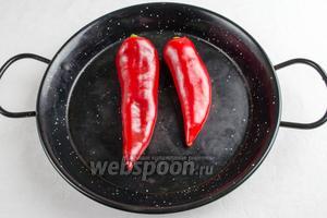 Перец вымыть. Запекать в горячей духовке 25 минут при температуре 200 °С.