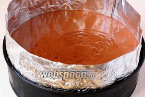 Вылить мусс из молочного шоколада на мусс из чёрного шоколада. Поставить в морозильник.