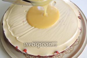 Освободим торт от кольца разъёмной формы. Остывшую глазурь до комнатной температуры выливаем на середину торта. Даём вольно растечься, немного наклоняя торт в разные стороны. Уберём опять в холод до полного застывания.