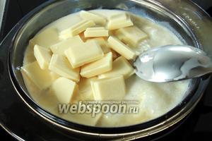 Для крема нагреваем сливки и растопим в них шоколад, интенсивно мешая. Убираем с плиты.