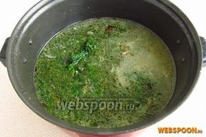 В кипящий бульон с картофелем опустить лук, щавель с крапивой и добавить по вкусу овощную приправу.