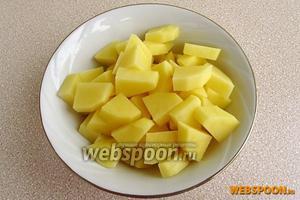 Картофель очистить, вымыть и нарезать ломтиками.