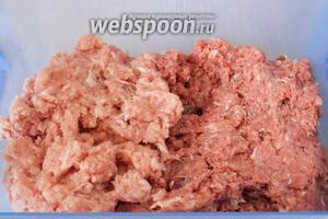 Мясо промыть и вместе с очищенным луком измельчить в фарш.