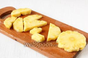 Нарезать ломтиками толщиной 0,5 см. Стержень в центре ананаса удалить.