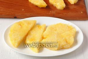 Обвалять ломтики ананаса со всех сторон в сахаре.