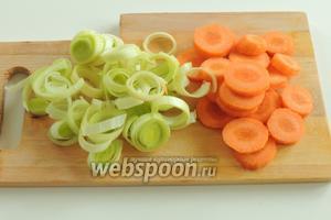 Морковь и лук-порей очистить и нарезать кольцами толщиной 5 мм.
