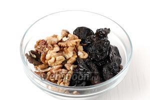 Соединить отжатый чернослив и орехи.