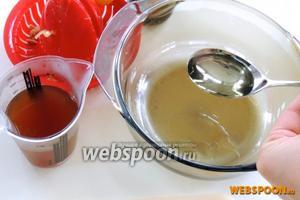 Смешиваем все жидкие компоненты: выжимаем лимонный сок 2 ст. л., бульон, масло и соевый соус.