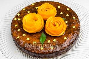 Украсить торт кондитерской посыпкой и цветами из апельсиновой кожуры. Подавать торт к чаю на десерт.