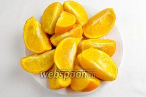 Готовые апельсины вынуть, остудить, разрезать на дольки, вынуть косточки.