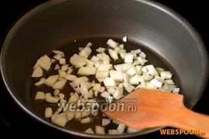 Мелко нарезанный лук слегка обжариваем в подсолнечном масле.