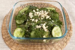 Посолить, добавить очищенный и мелко нарезанный чеснок, приправить смесью перцев. Перемешать, накрыть и поставить в холодильник на 4-5 часа.