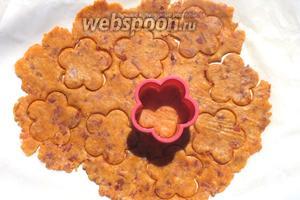 Крекеры могут быть любой формы, какой пожелаете. Пользуйтесь любимыми формочками для печенья. Уберите с бумаги лишнее тесто и выпекайте крекеры в разогретой духовке 6-8 минут, аккуратно переложив бумажный лист с печеньем на противень.