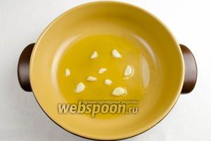 Первый этап — готовим базу для риса. На раскалённую сковороду с оливковым маслом бросить несколько разрезанных зубков чеснока. Через 5 минут их вынуть, а масло приобретёт чесночный аромат.