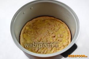 В мультиварке верхняя корочка не зарумянивается, но пирог от этого ничуть не хуже. Обычные пироги, кексы и бисквиты для получения корочки можно переворачивать, с заливным это лучше не делать. В пироге из духовки верх должен зарумяниться.