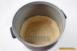 Слегка смазываем форму (у меня мультиварка Polaris) маслом и укладываем круг теста, приподнимая бортики высотой 3-4 см.