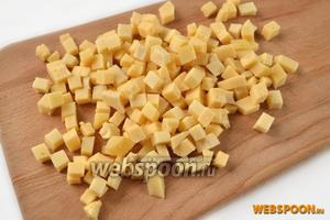 Мелкими кубиками нарезаем сыр.