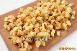 Очищенные яблоки режем кубиками такого же размера, брызгаем лимонным соком, предотвращающим потемнение.