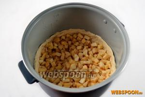 Смешиваем яблоки и сыр, высыпаем в основу из теста и распределяем по дну.