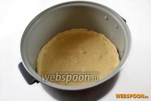 Заливаем сыр с яблоками полученной смесью.