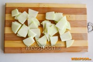 Очистите кислое яблоко от кожуры и тонко нарежьте пластинами.