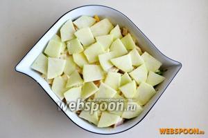 Далее кладём яблоки. Продолжаем чередовать слои пока не закончатся продукты.