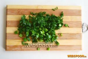 Измельчите зелень: петрушку, зелёный лук и укроп.