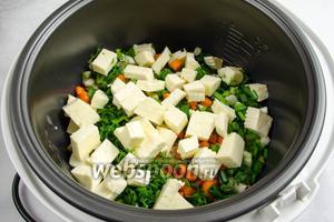 Добавить в чашу к мясу с овощами нарезанную брынзу.