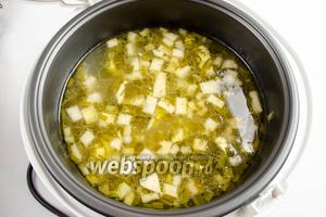 Отключить мультиварку. Открыть крышку. Суп готов. Добавить соль по вкусу. Помните о том, что брынза часть соли передала бульону.