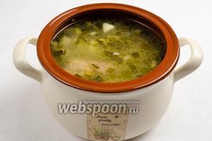 Перелить суп в керамическую кастрюлю. Подавать к обеду горячим. К супу можно добавить сметану или заправить горячими сливками.
