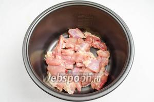 Выложить мясо в чашу мультиварки (у меня мультиварка Panasonic). Закрыть крышку мультиварки. Включить режим «Выпечка», установить время 30 минут.