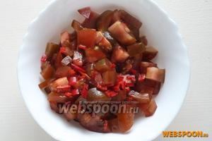 Нарежьте кумато вместе с семенами на небольшие кусочки. Нарубите перчик чили, с семенами или без — зависит от желаемой остроты.