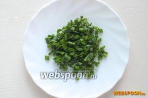 Мелко нарубите зелень лука-шалота.