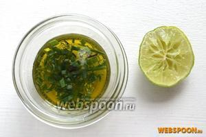 Выдавите сок из лайма. Смешайте с оливковым маслом и зелёным луком.