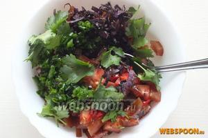 Добавьте в салат кинзу и заправку. Перемешайте и можно подавать.