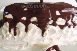 Остывшую глазурь до градусов 35 выливаем на торт сверху по всей длине. Дадим вольно растечься. Оставим застывать в холодильник.