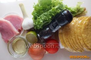 Подготовьте основные ингредиенты: вымойте и обсушите мясо, овощи, зелень. Подготовьте лепёшки, масло, выжмите сок из лайма.