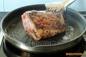 Мясо выдержим при комнатной температуре 1 час. Приправляем и обжариваем на очень сильном огне на сковороде с толстым дном на сливочном масле. Обжариваем со всех сторон 10 минут.