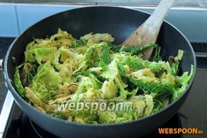 Капусту нарезаем полосками и жарим в разогретой сковороде-вок на сливочном масле. Обжариваем около 10 минут и добавляем лимонный сок, выключаем и перемешаем, накроем крышкой.