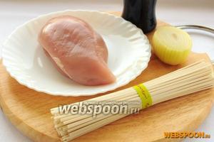 Для приготовления пшеничной лапши с курицей вам понадобятся: куриное филе, пшеничная лапша, соус терияки, вода, репчатый лук и немного зелёного для украшения.