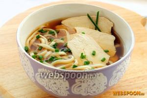 Присыпьте свежей зеленью и подавайте блюдо с палочками и/или китайской ложкой.