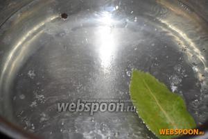 В кипящую воду добавьте соль, чёрный перец горошком, лавровый лист и сок половины лимона.
