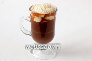 Выложить сливки сверху на кофе. Бичерин готов!