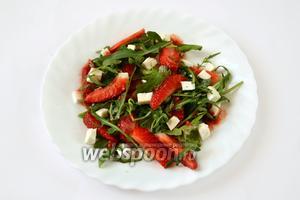 Соусом поливаем салат. Перемешивать не нужно, но можно приподнять слои, чтобы соус распространился.  Вот и готов салат праздничного настроения. Приятного аппетита!