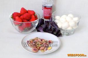 Для приготовления клубничного «Капрезе» возьмём клубнику, сыр моцарелла, базилик, фисташки или любые другие орешки, морскую соль, бальзамический уксус, оливковое масло.