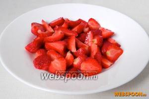 Клубнику моем, удаляем черенки и режем на 2-4 части, в зависимости от размера ягоды.