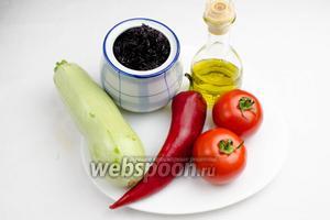 Чтобы приготовить такое блюдо, нужно взять  подготовленный рис , овощи свежие: помидоры, кабачок, перец сладкий; соль морскую, воду, перец молотый, зелень петрушки, масло оливковое.