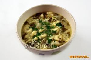 Разливаем суп, посыпаем петрушкой, при желании добавляем сливки.